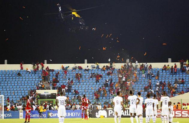 Helikoptéra rozhání domácí příznivce Rovníkové Guineje.