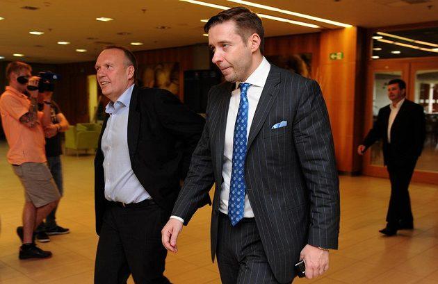 Nově zvolený místopředseda za ligu FAČR Dušan Svoboda (vlevo) a Dalibor Kučera během Valné hromady Fotbalové asociace.