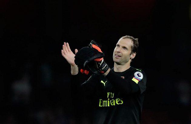 Brankář Arsenalu Petr Čech děkuje fanouškům za podporu po zápase s Chelsea.