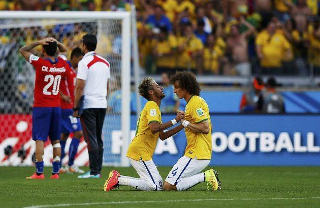 Brazilci David Luiz (vpravo) a Neymar, kteří proměnili své penalty v rozstřelu, slaví postup Brazílie přes Chile.
