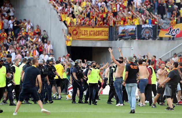 Kvůli řádění fanoušků bylo utkání mezi Lens a Lille na půl hodiny přerušeno
