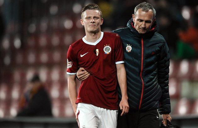 Zraněný záložník Sparty Praha Ladislav Krejčí během utkání s Brnem.