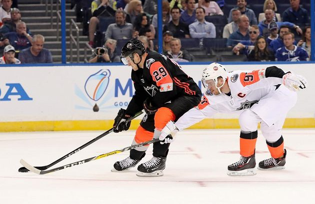 Útočník Connor McDavid (vpravo) se v barvách výběru Pacifické divize snaží vypíchnout puk Nathanu MacKinnonovi při Utkání All Star Game NHL.