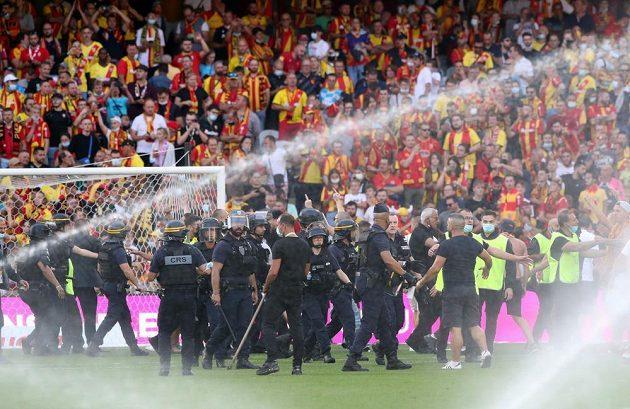 Fotbalisté Lens budou muset sehrát nejméně příští dva domácí zápasy ve francouzské lize před prázdnými tribunami. Vedení soutěže klub předběžně potrestalo uzavřením stadionu za výtržnosti fanoušků.