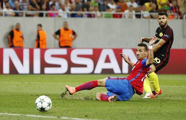 Sergio Agüero dává čtvrtý gól Manchesteru City na hřišti Steauy. Marně se tomu snaží zabránit Marko Momčilovič.