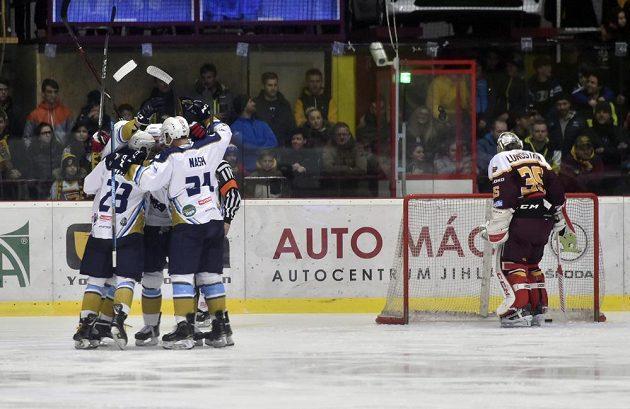 Hráči Kladna se radují ze vstřeleného gólu v jihlavě. Vpravo brankář Jihlavy Niklas Lundström.