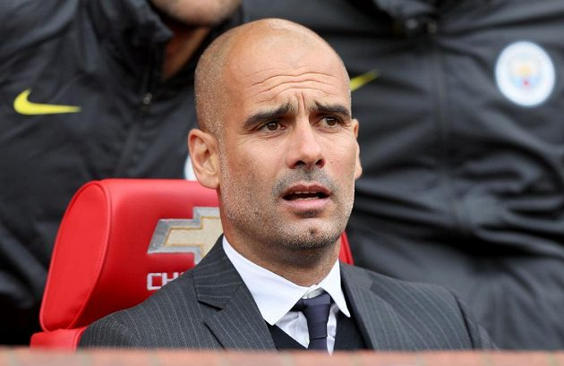 ... a jeho rival Pep Guardiola na střídačce Manchesteru City.