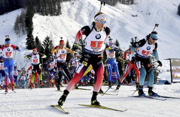 Biatlonisté ve štafetovém závodě na 4 x 7.5 km v rakouském Hochfilzenu