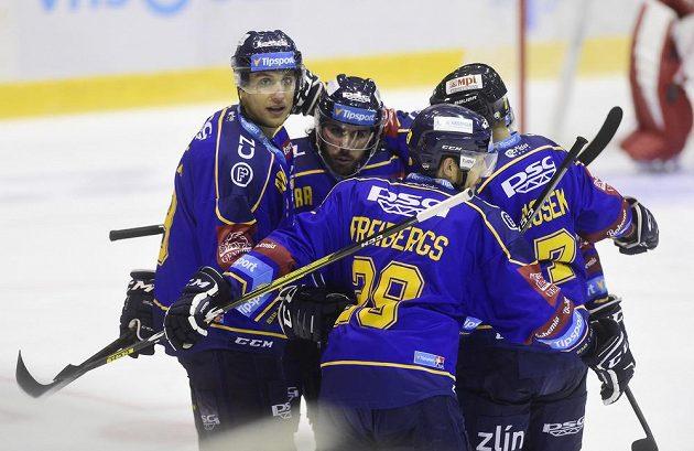 Zlínští hráči se radují z první branky, vlevo autor gólu Bedřich Köhler.