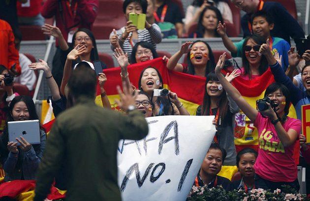 Fanoušci šílí a zdraví španělský tenisový fenomén.