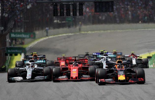 Start! Zprava Max Verstappen, Sebastian Vettel a Lewis Hamilton.