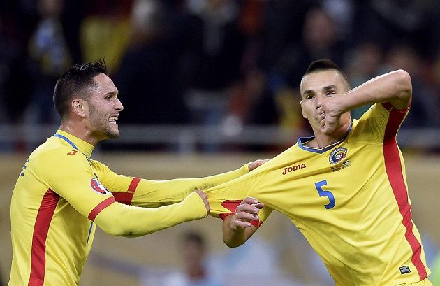 Rumunský reprezentant Ovidiu Hoban (vpravo) oslavuje vstřelený gól v kvalifikačním duelu s Finskem.