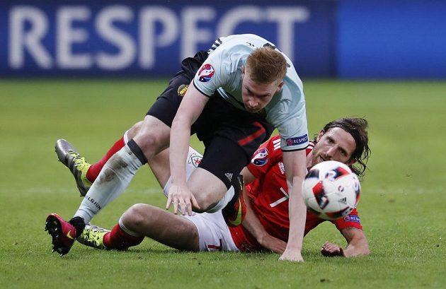 Belgický reprezentant Kevin De Bruyne (vlevo) v souboji s Joem Allenem z Walesu.