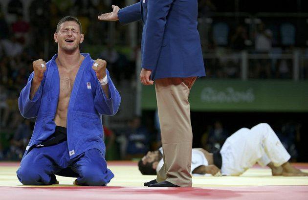 Lukáš Krpálek slaví olympijské zlato.