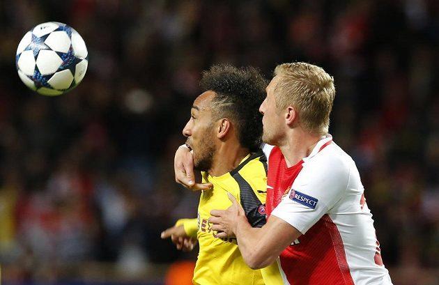 Dortmundský útočník Pierre, Emerick Aubameyang v akci s monackým Kamilem Glikem během odvetného čtvrtfinále Ligy mistrů.
