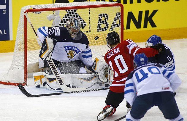 Kanadský forvard Brayden Schenn ohrožuje finského brankáře Pekku Pinneho.
