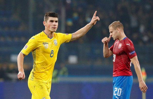 Ruslan Malinovskij slaví gól, v pozadí smutný Matěj Vydra.