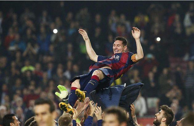 Lionel Messi, čerstvý střelecký rekordman španělské ligy, nad hlavami spoluhráčů z Barcelony, která porazila Sevillu 5:1.