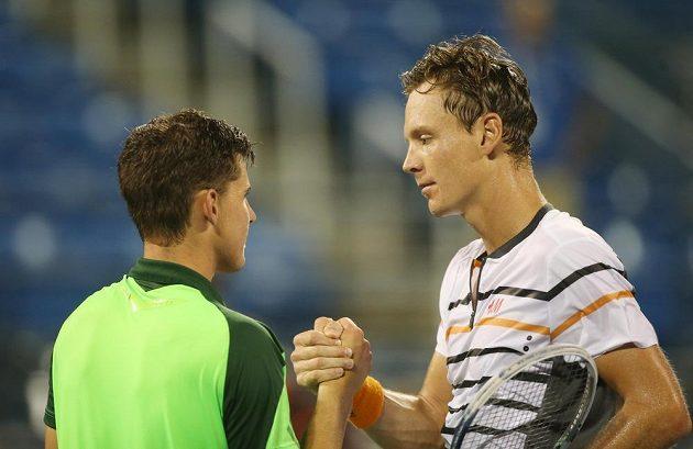 Tomáš Berdych (vpravo) přijímá po utkání gratulaci od poraženého soupeře Rakušana Dominika Thiema.