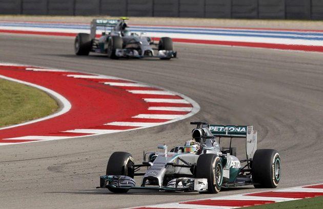 Britský jezdec Lewis Hamilton na čele závodu před kolegou Rosbergem.