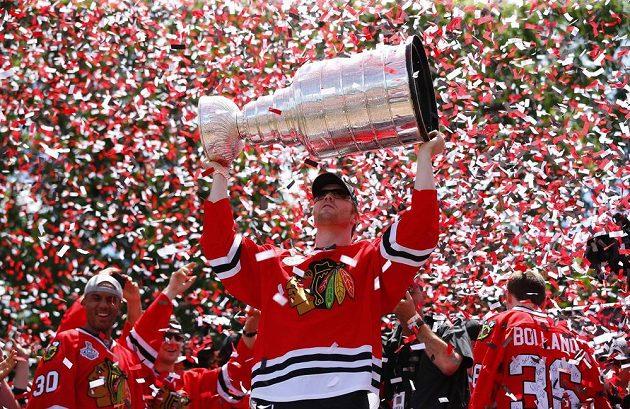Útočník Bryan Bickell si vychutnává s fanoušky a spoluhráči triumf Chicaga ve Stanley Cupu.