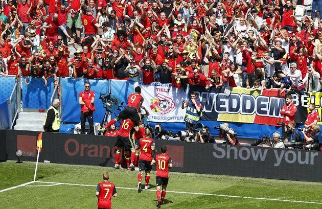 Belgičané jásají po gólu Axela Witsela proti Irům.