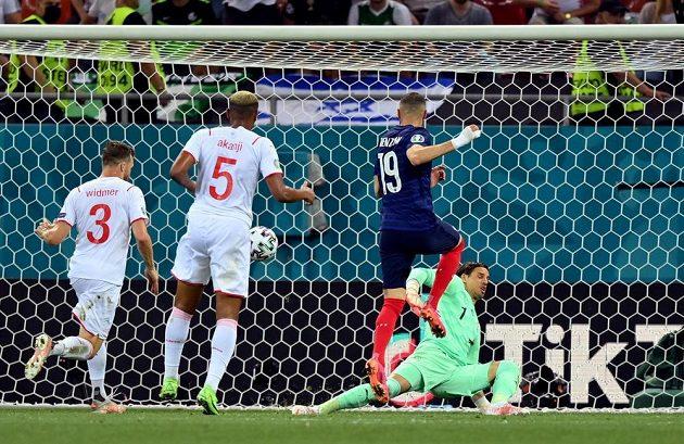 Francouzský střelec Karim Benzema (č. 19) dává gól v utkání osmifinále EURO proti Švýcarsku.