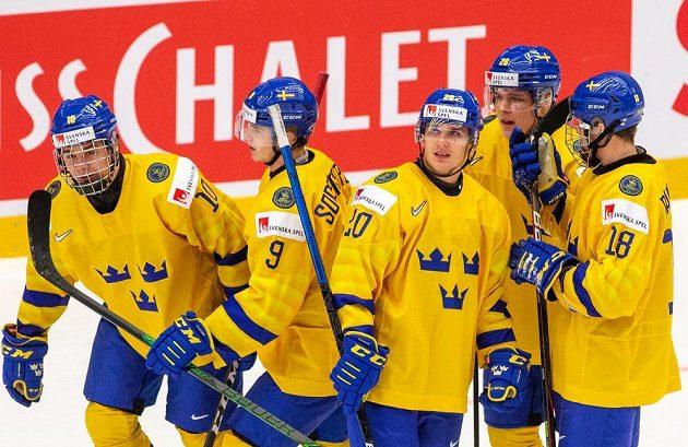 Zleva Švédové Alexander Holtz, Victor Söderström, Nicola Pasic, Jonathan Berggren a Lucas Raymond se radují z gólu
