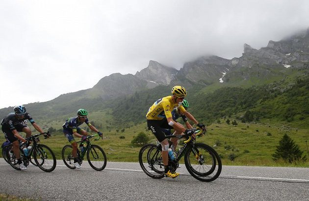 Brit Chris Froome udrží žlutý trikot až do cíle závěrečné nedělní etapy.