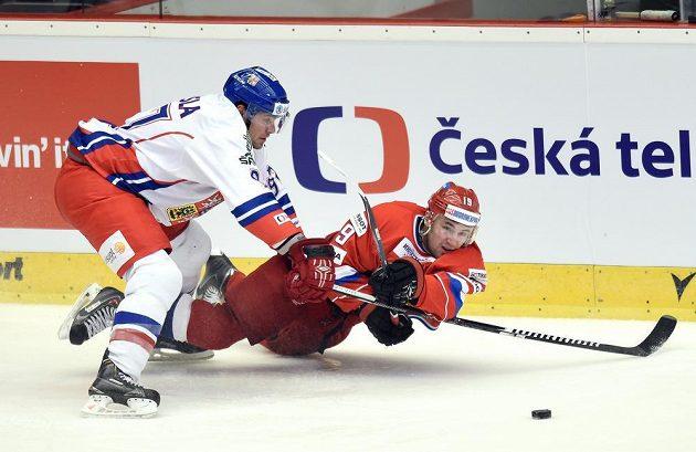 Český obránce Rostislav Klesla (vlevo) a Anton Lazarov z Ruska během utkání v Karlových Varech.
