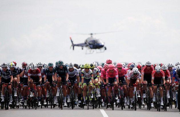 Peloton Tour de France v akci během 4. etapy.