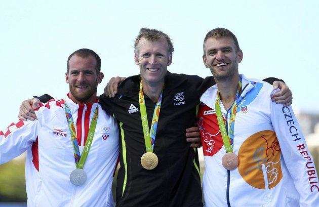 Tři nejlepší z finále skifařů. Zleva bronzový Damir Martin, olympijský vítěz Mahé Drysdale a bronzový Ondřej Synek.