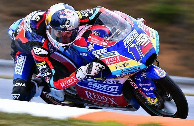 Český motocyklista Filip Salač v akci při tréninku na VC České republiky v kategorii Moto3.