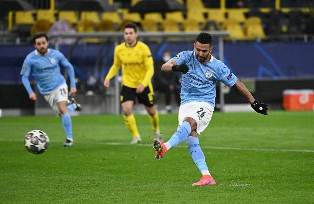 Rijad Mahríz z Manchesteru City z penalty vyrovnává proti Dortmundu.