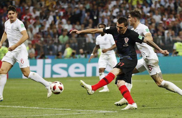 Chorvatský útočník Mario Mandžukič střílí druhý gól.