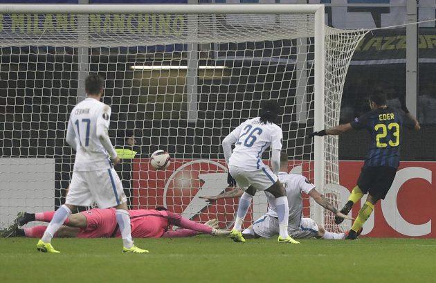 Útočník Interu Milán Éder (vpravo) střílí gól do sítě Sparty, nepomohl ani Mazuchův skluz.