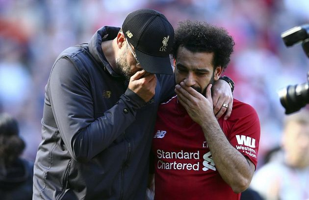 Manažer fotbalového Liverpoolu Jürgen Klopp (vlevo) utěšuje kanonýra Mohameda Salaha po skončení posledního kola anglické Premier League. Liverpool sice vyhrál, ale stačilo mu to jen na druhé místo.