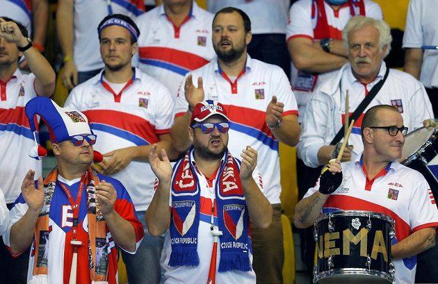 Čeští fanoušci sledují ve Štrasburku zápas Karolíny Plíškové s Kristinou Mladenovicovou.