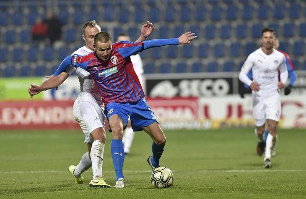 Zleva Pavel Dvořák ze Slovácka a Adam Hloušek z Plzně v utkání 19. kola fotbalové ligy.