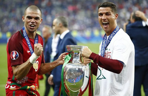 Portugalští mistři Evropy Cristiano Ronaldo (vpravo) a Pepe s trofejí.