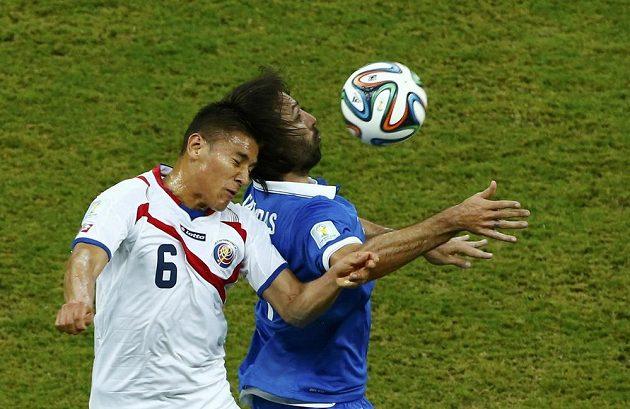 Kostaričan Oscar Duarte v souboji o míč s Řekem Giorgiosem Samarasem v osmifinále MS.