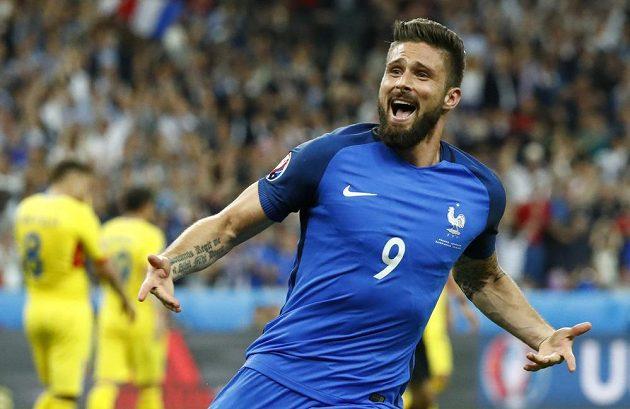 Francouz Olivier Giroud se raduje z branky proti Rumunsku.