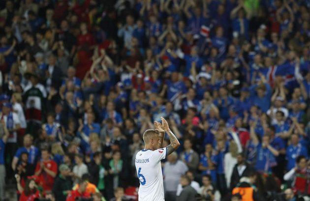 Islanďan Ragnar Sigurdsson děkuje fanouškům za podporu po utkání s Portugalskem na ME ve Francii.