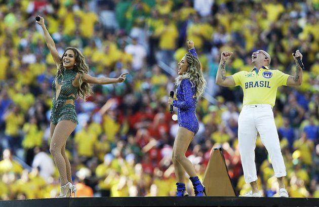 Americká zpěvačka Jennifer Lopezová (zcela vlevo), brazilská zpěvačka Claudia Leitteová (uprostřed) a rapper Pitbull zpívají hymnu fotbalového MS v Brazílii během zahajovacího ceremoniálu na stadiónu v Sao Paulu.