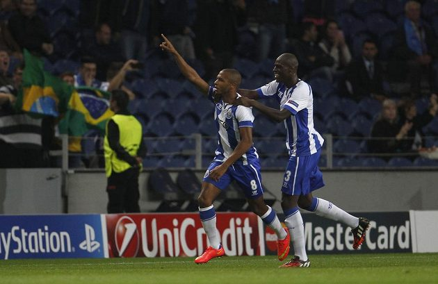 Alžírský záložník Jasín Brahímí (vlevo) a jeho spoluhráč z Porta Bruno Martins Indi se radují z gólu v utkání proti BATE Borisov.
