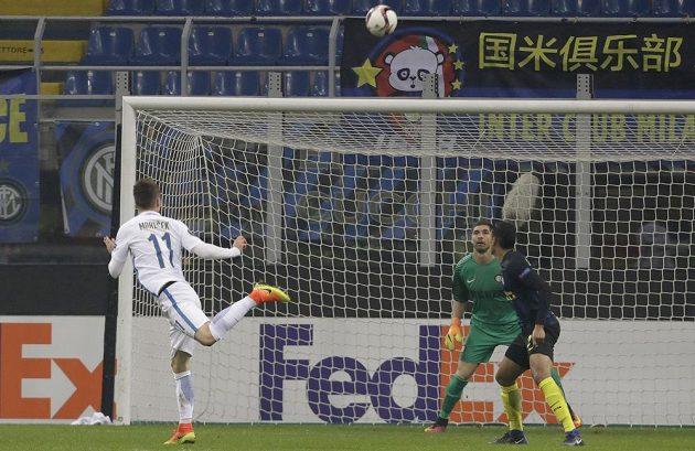 Lukáš Mareček (v bílém) dává gól do sítě Interu.