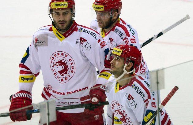 Třinecký útočník Erik Hrňa (vpravo dole) slaví se spoluhráči Tomášem Linhartem (vlevo) a Lukášem Galvasem gól proti Slavii.