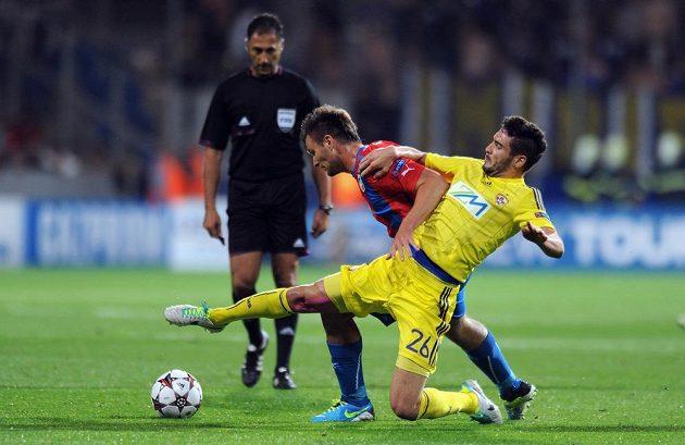 Útočník Plzně Tomáš Wágner (uprostřed) bojuje o míč s Aleksanderem Rajčevičem z Mariboru.