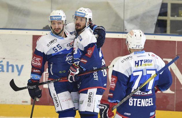 Hráči Komety se radují z gólu. Zleva Nick Schaus, autor branky Martin Zaťovič a Jan Štencel.