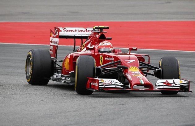 Kimi Räikkönen se svým ferrari na okruhu v Hockenheimu.